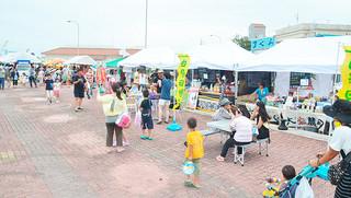 7月20日の石垣港みなとまつり2015に合わせ、試験的に行われた「さんばしマーケット」。9月からは単独開催となる=7月20日午後、旧離島桟橋