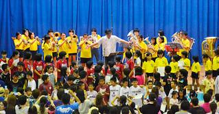 BEGINの比嘉栄昇さんも参加し、会場全体で「島人ぬ宝」を熱唱した校舎とのお別れ会=6日夕、登野城小体育館