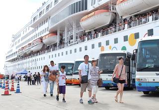 クルーズ船を降りて観光に向かう台湾人観光客ら。11月からは宿泊ツアーという選択肢が加わりそうだ=7日午前、石垣港