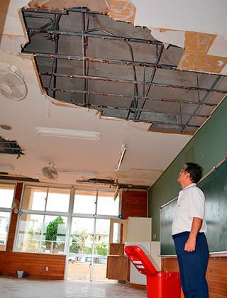 台風15号の影響で天井板が落下した平真小学校の1年1組の教室=7日午後