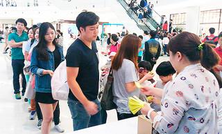石垣市が昨年9月に開催した誘客イベントでは、抽選会に長蛇の列ができた(石垣市観光文化課提供)=2014年9月21日、ソウル市内のタイムススクエア