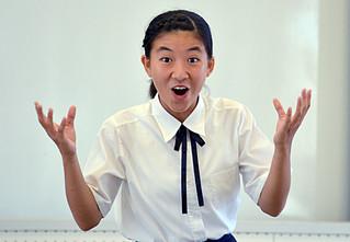 表情豊かに身ぶりも交えながら発表し、最優秀賞に輝いた船浦中学校の甲斐文優女さん=12日午後、八重山合同庁舎
