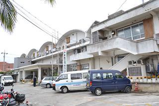 老朽化が進む竹富町役場。庁舎移転向け、11月に住民投票が実施される(資料写真)