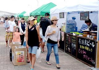 観光客や地元客でにぎわう、さんばしマーケット=21日午後、石垣港旧離島桟橋