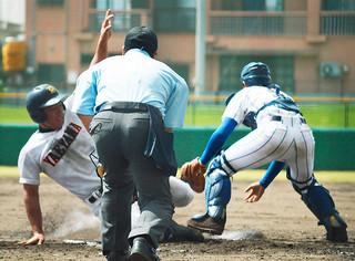 8回裏、1番川満拓也のレフトへの二塁打で二塁から一気に6点目のホームに突入する又吉海智=23日午前、コザしんきんスタジアム