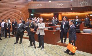 宜蘭県議会を表敬訪問した石垣市交流促進訪問団の一行=24日午前、宜蘭県議会議場
