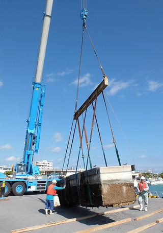 台風15号の被害を受けた八重山漁協西側の石垣漁港浮桟橋。21号の接近を前に撤去作業が急ピッチで行われた=25日午後、新川の石垣漁港