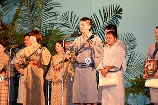2015年度とぅばらーま大会で最優秀賞に輝き、熱唱する前津伸弥さん=25日夜、新栄公園