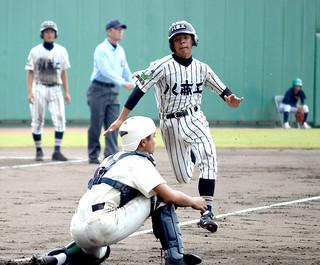 4番森田虎之介の中犠飛で本塁に突入する2番の平良桐哉=26日午前、コザしんきんスタジアム
