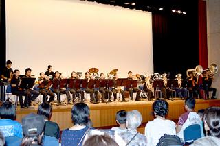 石垣クラウン・イーグルズ・マーチングバンドの第4回サマーコンサートで、ダイナミックな演奏を披露する団員ら=26日夕、石垣市民会館中ホール