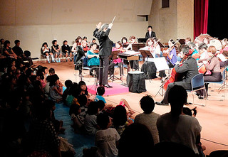 親子連れで満杯となった石垣フィルハーモニー管弦楽団のファミリーコンサート=27日午後、石垣市民会館中ホール