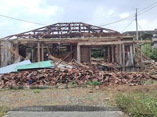 台風21号の暴風で瓦がすべて崩れ落ちた民家=29日午前、与那国町祖納(田頭政英通信員撮影)