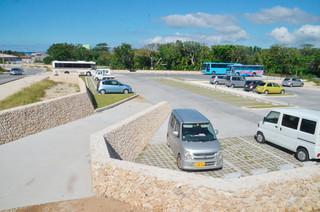 暫定的な供用が始まっている新しい駐車場=1日午後