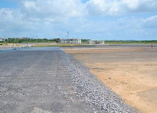 八重山病院の移転予定地(右)に接する場所から整備が進められているアクセス道路=9月25日午後、旧石垣空港跡地