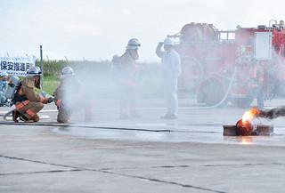 緊急措置訓練で着火した高圧ガス容器を消火する市消防職員=6日午前、石垣市消防本部構内