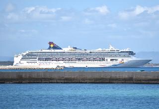 石垣島に初寄港したスーパースターヴァーゴ。竹富島沖に停泊し、乗客はテンダーボートで石垣島入りした=7日午前、浜崎マリーナから撮影