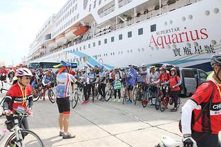 台湾から訪れた自転車ツアーの人々。到着後、三つのコースに分かれて観光しながらサイクリングを楽しんだ=8日午前、石垣港