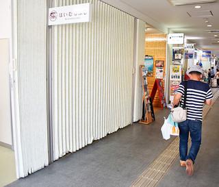 町商工会が入居を希望している離島ターミナル内の空きテナント(左)=13日午後、離島ターミナル