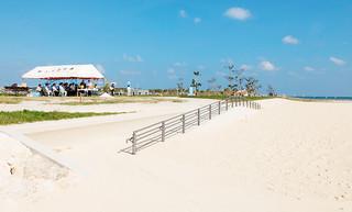 整備が進む人工ビーチ。左側の緑地にトイレやシャワー室などが建設される=15日午後、南ぬ浜町