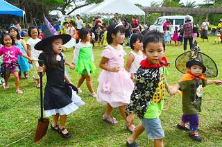 仮装パレードに参加した子どもたち=18日午後、バンナ公園北口広場