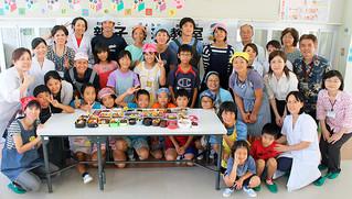 上原小学校で身近な食材を使った弁当づくりに挑戦した人たち=3日、同校