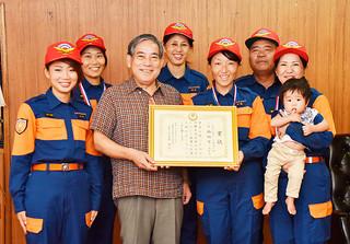 漢那政弘副市長に大会第2位の報告を行った石垣市消防団=28日午後、市役所庁議室