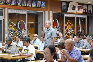 西表島大原への役場移転を求める要望の声が挙がった西表西部地区での地域説明会=2日夜、祖納公民館