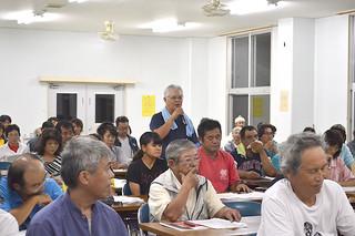 西表島大原への役場移転を求める意見が多く出された上原地区での説明会=4日夜、上原多目的集会施設
