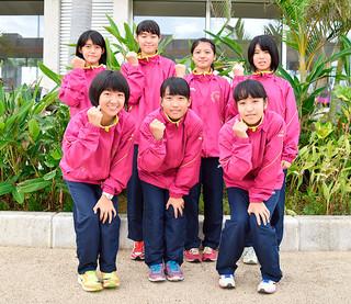 県大会で西表島を盛り上げる走りを誓った船浦中学校女子駅伝チーム=5日午前、南ぬ島石垣空港