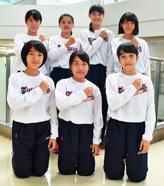 今大会、八重山勢最高の9位で喜びをみせる船浦中学校女子駅伝チーム=7日午後、宮古島空港