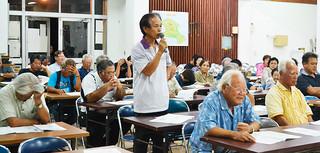 石垣市内での役場建設を求める意見が相次いだ小浜地区の地域説明会=7日夜、小浜公民館