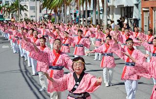 35団体・1850人以上が参加し、華やかな演舞を繰り広げた市民大パレード=8日午後、やいま大通り
