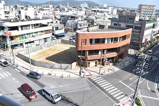 2つの複合型商業施設が予定されている建設地=10月27日午前、730交差点前