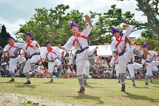 竹富島最大の行事「種子取祭」。勇ましい掛け声とダイナミックに踊るウマヌシャーには場内から大きな拍手が起こった=10日午前、世持御嶽