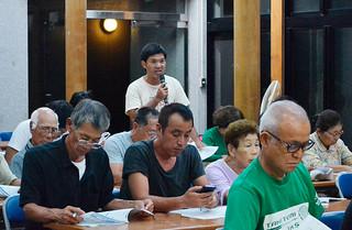 西表大原への移転に反対する声が相次いだ竹富地区での地域説明会=13日夜、竹富島まちなみ館