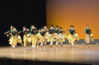 ダイナミックな演舞を披露し、地区代表にも選ばれた川平中の「川平満慶太鼓」=14日午後、市民会館大ホール