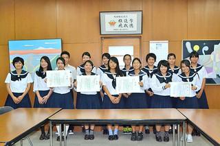 科学賞作品展・県高校総合文化祭で入賞した八重高の生徒たち=16日夕、同校会議室