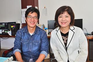 「歌の翼」を映画の挿入歌に使うことを話すハン・サンヒ監督(左)と歌手の翁長克子さん=15日午前、市内の映像会社「DREAM SKY」