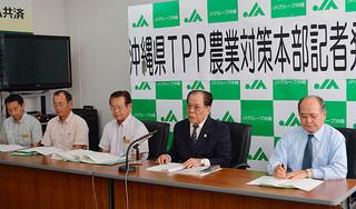 沖縄県TPP農業対策本部の設置を発表する新﨑弘光本部長(右2人目)ら=17日午前、JA会館