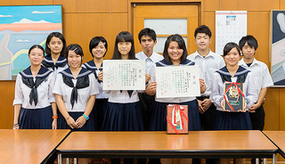 演劇や文芸に関する高校生の県大会で優秀な成績を収めた八重山高校の文芸部員(手前左2人)と演劇部員ら=18日午後、同校