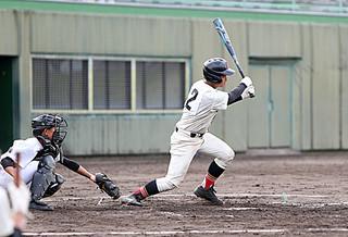 五回に適時三塁打を放つ田本涼主将=21日午前、宮崎県の都城市営野球場