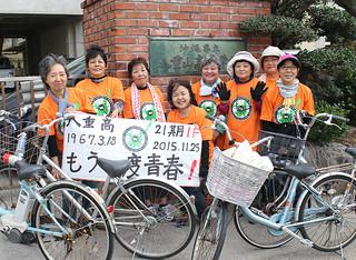 49年前の石垣島自転車一周サイクリングを約半世紀ぶりに再現した八重高21期卒のメンバー=26日午後、八重山高校