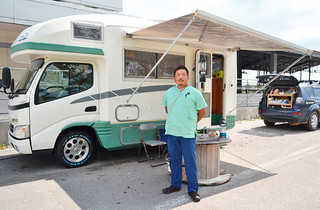 黒島でキャンピングカーを拠点に牛の診療を行っている(有)牛の病院の船倉栄院長=10月6日、黒島家畜市場
