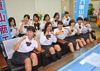 福島県産のリンゴなどを使った「あっぷるパイん」をPRする「美ら雪姫」の生徒たち=1日午後、八商工校長室