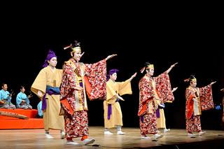 舞台の幕開けを飾った平得青年会の「鶴亀節・矼ゆば節」=5日夜、石垣市民会館大ホール