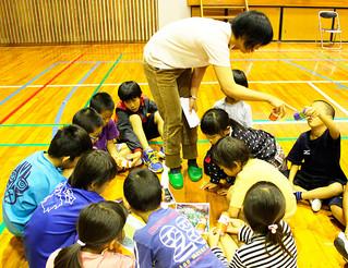 紙芝居やゲームを通じてイリオモテヤマネコの暮らしについて学ぶ「ヤマネコのいるくらし授業」=7日、西表小中学校