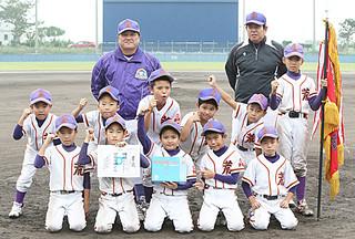 第32回古賀杯争奪・第123回県学童軟式野球八重山地区大会の低学年の部で優勝を飾った少年荒鷲Jr=12日午後、市中央運動公園第二野球場