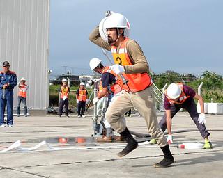 第1回消火栓操法大会で、消火栓の操法を競う出場選手たち=13日午後、石垣市消防本部構内