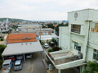 県の津波浸水区域に敷地の一部が入っている与那国町役場。新庁舎の建設位置は高台移転の方向性となった=17日午後