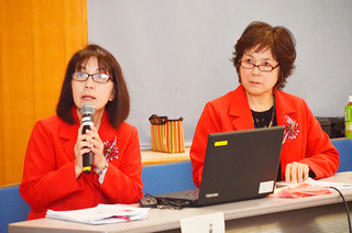 海外セミナーの報告を行った大岩晶子さん(左)と南苗子さん=20日午後、石垣市健康福祉センター